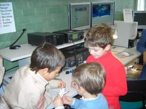 Crianças observam no Observatório a miniatura de uma nave espacial o Space Shutle