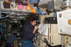 Astronauta americana Sunita Williams. KD5PLB, quando comunicava a bordo da ISS com os estudantes no Observatório Aeroespacial de Oeiras. no ano de 2007.