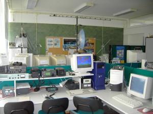 Observatório Aeroespacial de Oeiras, vista geral da estação e dos equipamentos de rádio e antenas parabólica para 2,4 GHz