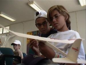 Jovens aprendem conceitos elementares de aeronáutica no Observatório Aeroespacial de Oeiras