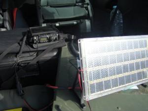 FT-817 integrado com baterias externas e painel solar de carga e reposição de energia.