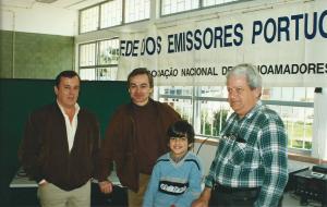 Radioamadores da região de Cascais e Oeiras que visitaram o Observatório Aeroespacial de Oeiras no ano da sua criação em 1998.