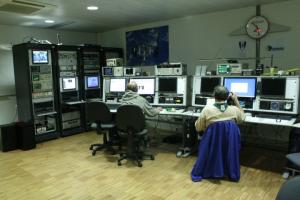 Aspecto geral da estação CS5CEP projecto da autoria do Observatório Aeroespacial de Oeiras, instalado dentro do IST-Tagus na 2ª fase em 2010, na imagem múltiplos equipamentos do observatório que foram emprestados ao IST e cuja devolução se aguarda desde 2010. Apenas a sala, três mesas e dois armários são propriedade do IST todo o restante material e equipamento, foi emprestado.